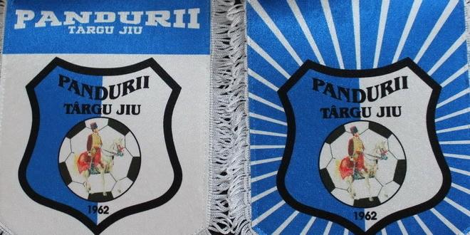 FOTO / Suporterii echipei Pandurii pot procura noile materiale promoţionale cu însemnele clubului