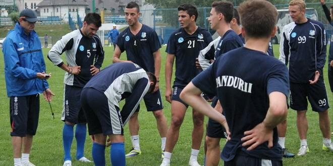 Jucătorii Erico da Silva şi Gezim Shalaj se antrenează cot la cot cu restul colegilor