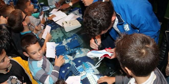 Jucătorii echipei Pandurii au acordat autografe pe eşarfe şi fanioane dar şi pe ghete de fotbal sau mingi