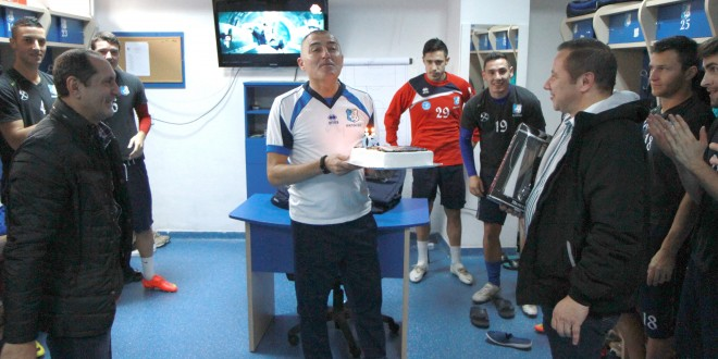 Surpriză în vestiar pentru antrenorul  Petre Grigoraş la sărbătorirea zilei de naştere