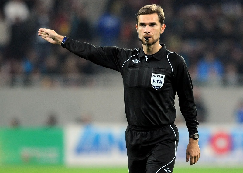Alexandru Tudor, arbitru central, conduce partida Steaua Bucuresti - Rapid Bucuresti, din etapa a XI-a a Ligii I, disputat in Bucuresti, luni, 24 octombrie 2011. LAURENTIU MICH / MEDIAFAX FOTO