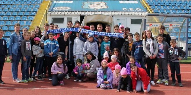 """FOTO / Un grup de copii din Vâlcea în vizita la Pandurii în cadrul programului """"Şcoala altfel"""""""