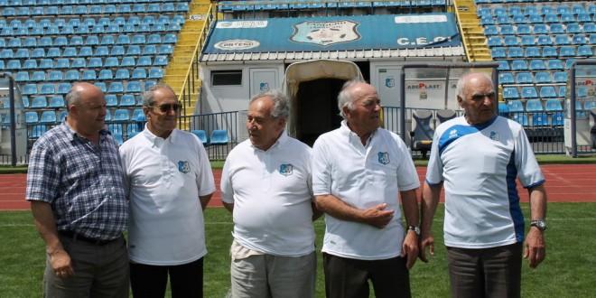 FOTO  / Generația 1962 a echipei Pandurii a rememorat anii de început ai echipei pe Stadionul Municipal din Târgu Jiu