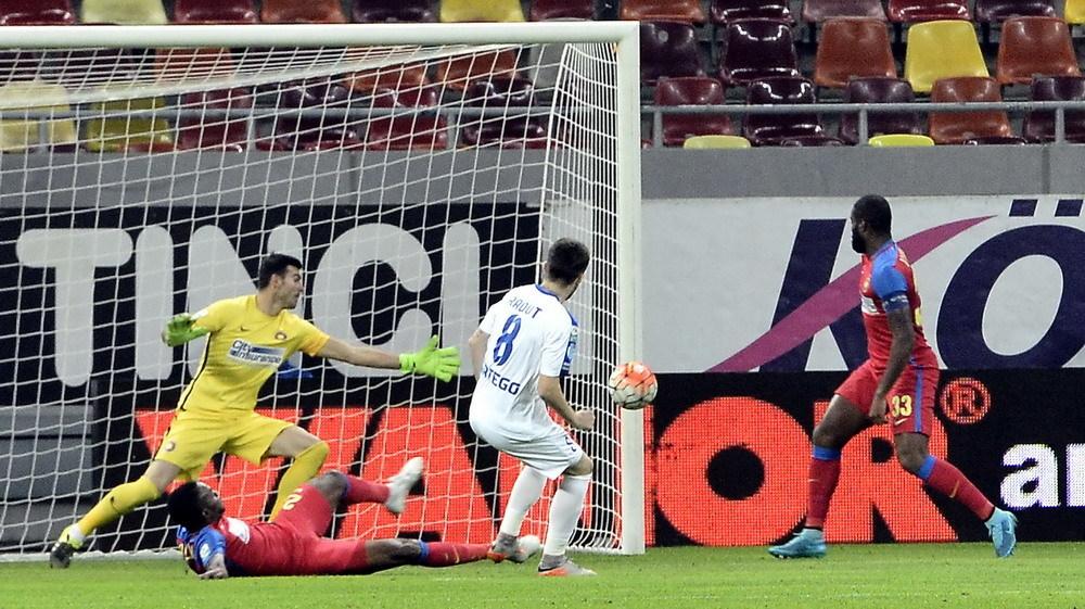 Mihai Radut marcheaza un gol in poarta lui Florin Nita
