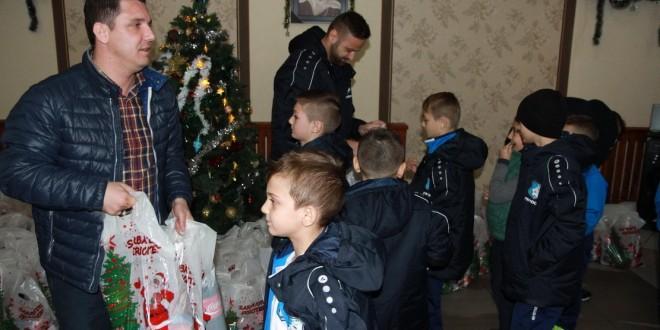 Copiii şi juniorii de la Centrul de Copii şi Juniori  Pandurii Târgu Jiu au primit cadouri din partea clubului