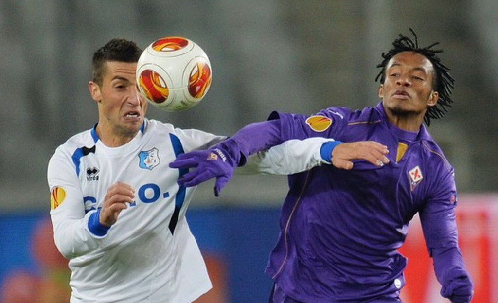 Fiorentina's Colombian midfielder Juan Cuadrado (R) vies for the ball with Pandurii's Serbian defender Marko Momcilovic during the UEFA Europa League football match CS Pandurii Targu Jiu vs ACF Fiorentina in Cluj-Napoca city, Romania on November 7, 2013. Fiorentina wins 1-2.  AFP PHOTO DANIEL MIHAILESCU
