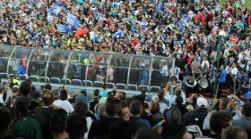 FOTO / MII DE SUPORTERI AU SĂRBĂTORIT PE TEREN ALĂTURI DE VICECAMPIONII DE LA PANDURII TÂRGU JIU (29 MAI 2013)