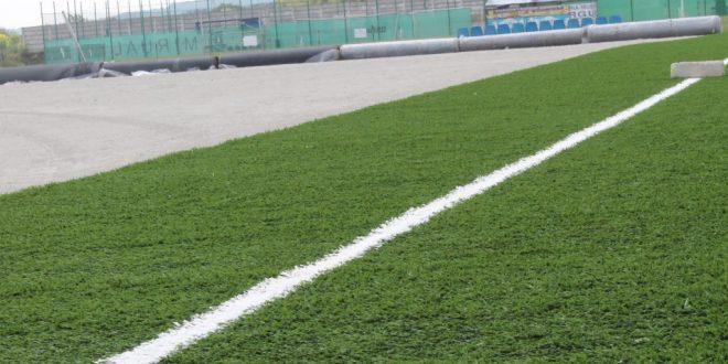 A început montarea gazonului sintetic pe suprafaţa terenului 2 din incinta Complexului Sportiv Municipal