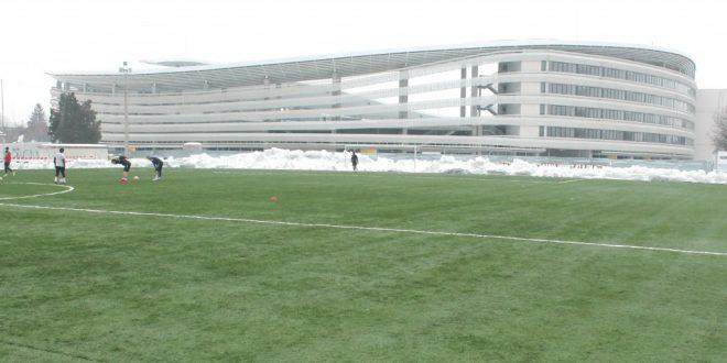 FOTO / Suprafaţa de joc a terenului sintetic a fost complet degajată de zăpadă
