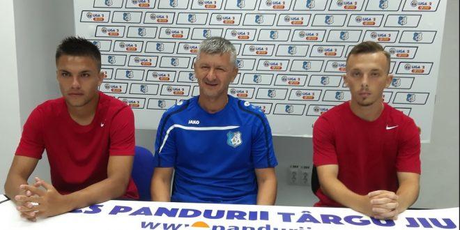Antrenorul Adrian Bogoi a prezentat doi dintre tinerii jucători legitimaţi de Pandurii Târgu Jiu, Bogdan Vişan şi Adrian Nichifor